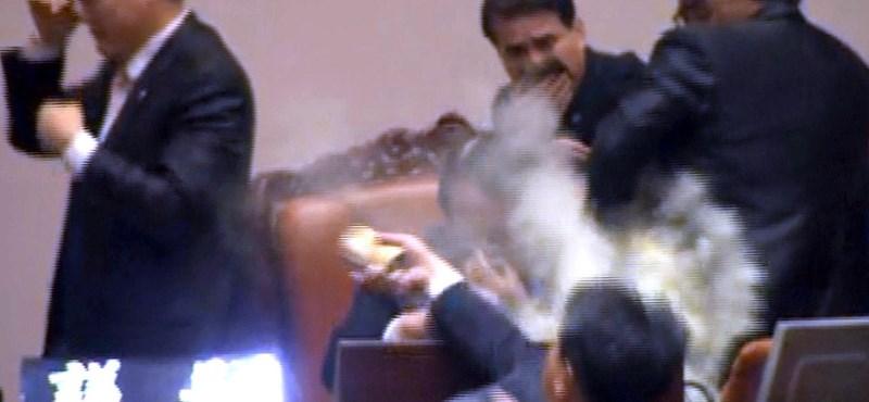 Fotó: könnygázt dobott a felszólalóra egy képviselő a dél-koreai országgyűlésben