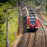 Lejárt a munkaideje, az utasokkal együtt a pusztában hagyta a vonatot a mozdonyvezető