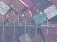 Bugyik, telefonok, gumiabroncsok vesztek oda: 3000-nél is több konténer süllyedt el tavaly