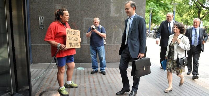 Ketten a magyar IMF-iroda épületéhez láncolták magukat - fotó