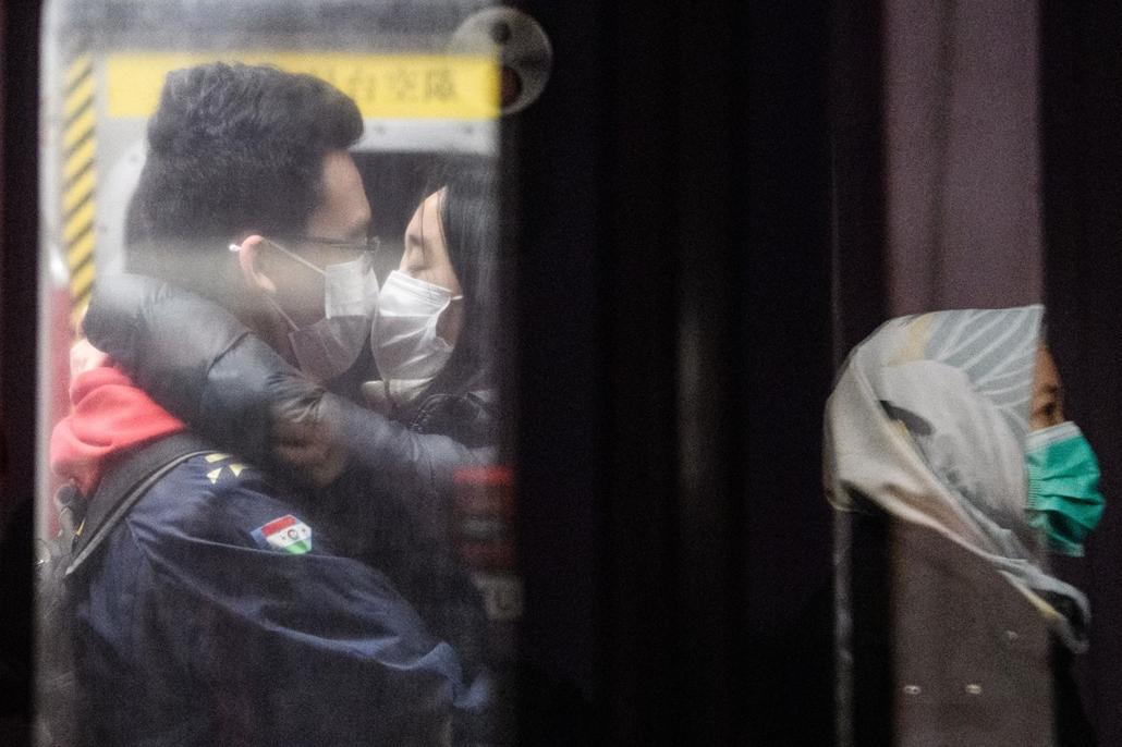 nagyítás - koronavírus, hong kong, metró, maszk, csók