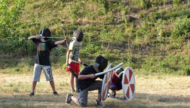 A miniszterek gyerekei még idén sem nyaralhatnak elitnevelő táborokban