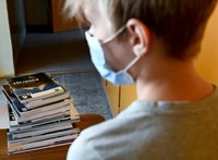 Saját tankönyveit bírálta el az állami kiadó, és kiválónak találta