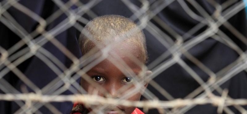 Amnesty: a zenehallgatásért is büntetik a szomáliai gyerekeket