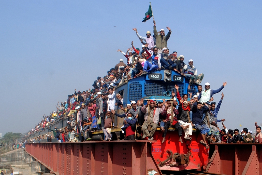 afp. Dakka, Banglades - 2015.01.11. muzulmán ünnep - Muslim participants gesture from a departing train following the conclusion of the World Muslim Congregation, also known as Biswa Ijtema, at Tongi, on the outskirts of the Bangladesh capital Dhaka, on J