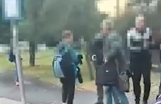 Buszmegállóban estek neki szülők egy tanárnak (videó)