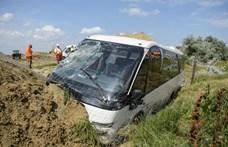 Egy hétfőn árokba hajtott busz miatt teljes útlezárás van az M3-as egy részén