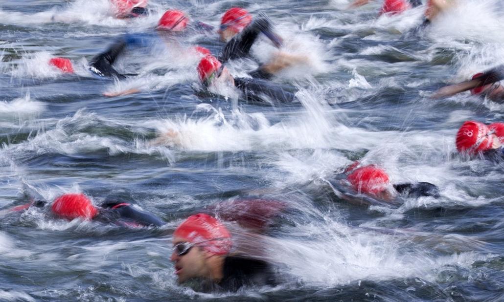 afp. az év sportfotói 2014. London, Egyesült Királyság, 2014.06.01. Competitors in the open race over the Olympic distance in the World Triathlon London, the fourth event in the 2014 ITU World Triathlon Series, swim through the Serpentine in Hyde Park, Lo