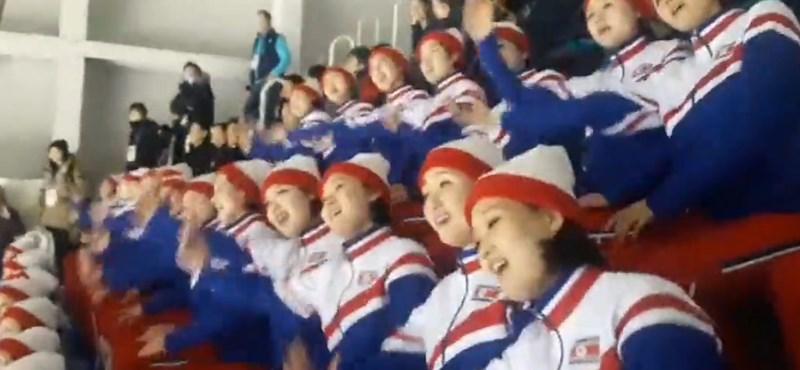 Újabb hátborzongató koreográfiát mutatott be az észak-koreai szurkolócsapat