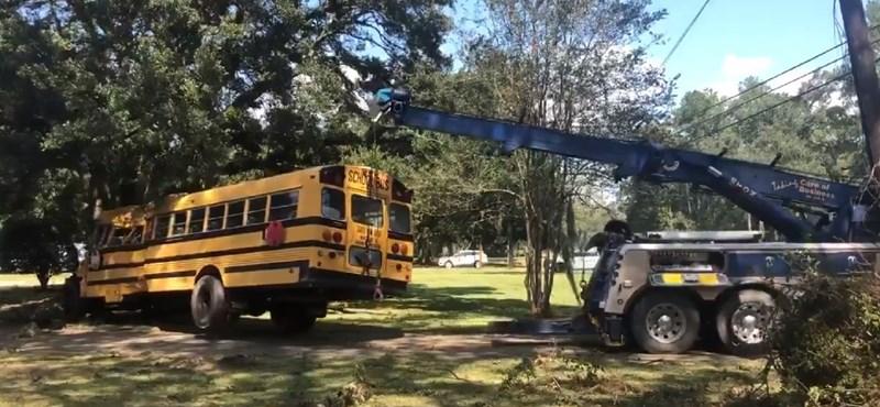 A 11 éves fiú ellopta az iskolabuszt és a rendőröket is lerázta