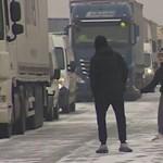 A nap videója: ilyen egy kis teniszezés a havas autópályán