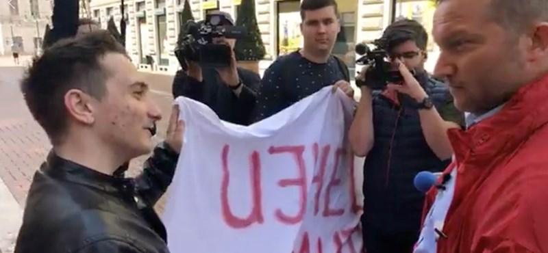 Utcai (szó)csata: Ujhelyi összeakaszkodott az MSZP-standra lecsapó fideszesekkel