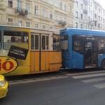 Fotó: Busz és villamos ütközött a Károly körúton