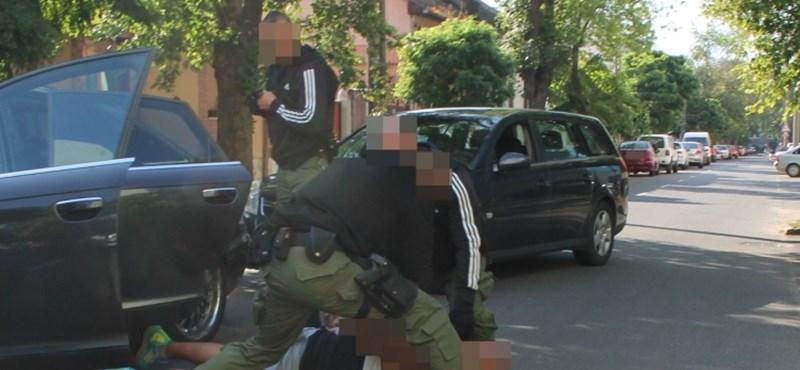 Kocsijából szedtek ki egy futtatót a rendőrök Nyíregyházán – videó, fotó
