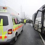 A felismerhetetlenségig összetört a 6-oson autóbusszal karambolozó kocsi - képek