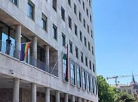 Tordai szivárványszínű zászlót tűzött a Képviselői Irodaházra