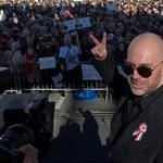 """""""Kevert vérű árja vagyok"""" - Dopeman több ezer tüntető előtt lett """"államfő"""""""