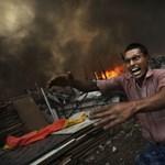 Fotók: tűzvész söpört végig egy indiai nyomortelepen
