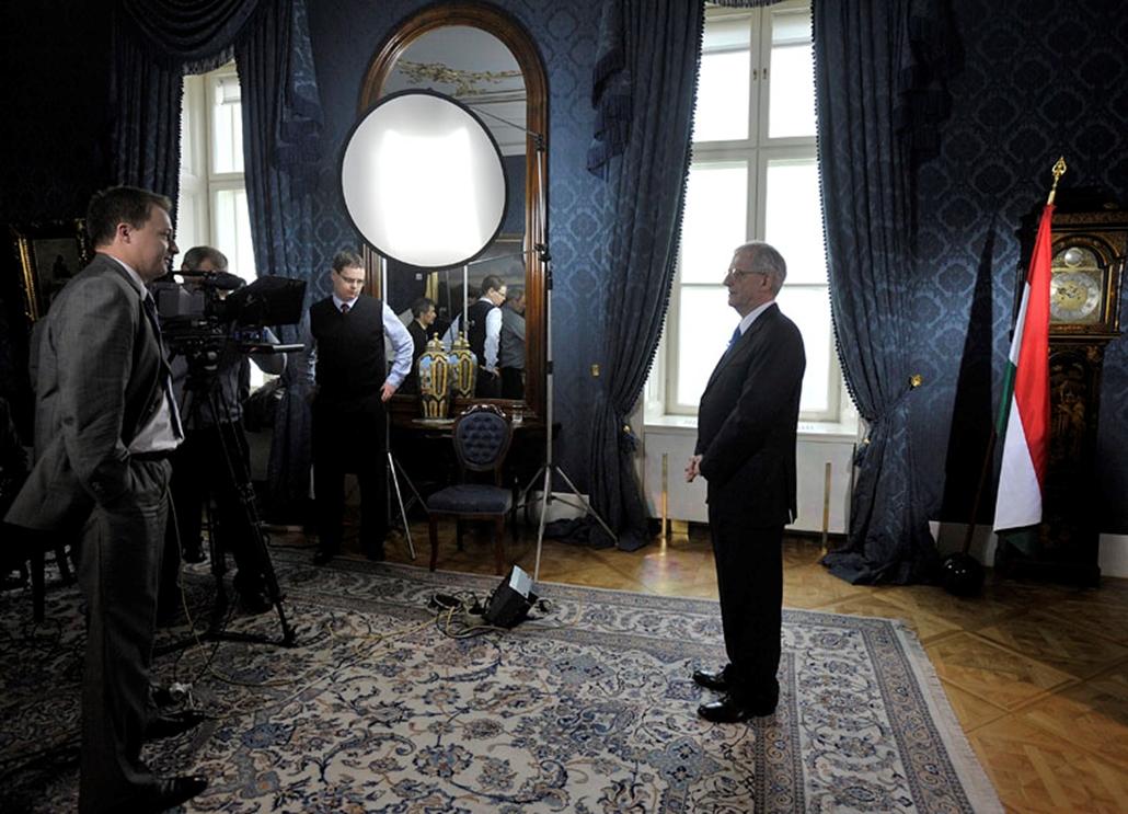 Sólyom László megtartja szokásos újévi köszöntő beszédét a Sándor-palota Kék szalonjában.