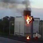 Idegesítette a traffipax, simán felgyújtotta – videó
