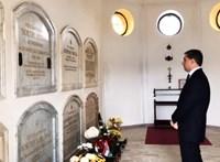 Lázár János virágot vitt Horthy sírjára