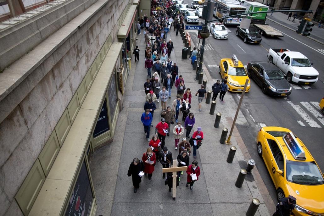 epa.16.03.25. - New York, USA:  Keresztet cipelő zarándokok a New York-i 42. utcában nagypénteken, március 25-én. Nagypéntek Jézus Krisztus kereszthalálának emléknapja. - húsvét, nagyítás