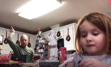 Ilyen egy vidám apuka, aki gyanútlanul táncol az iskolai videóban
