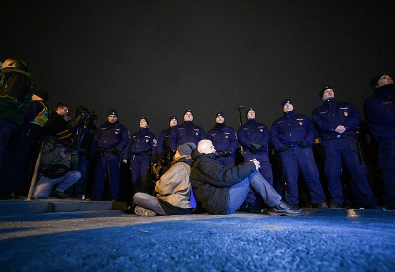 Blokád alatt a Lánchíd: lassan felszámolják a tüntetést a rendőrök- tüntetés percről percre