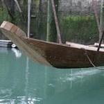 Süllyedni kezdett egy ünnepélyesen vízre bocsátott bronzkori hajómásolat