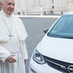 Menő elektromos Opelt kapott Ferenc pápa