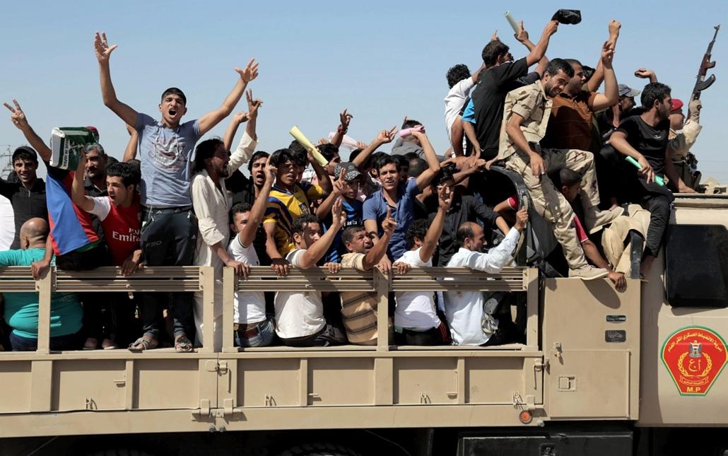 AP!  a hét képei 0616-0621 - Bagdad, 2014. június 17. Az iraki hadseregbe frissen bevonult önkéntesek indulnak el egy bagdadi tobrzóirodából 2014. június 17-én. Az Iraki és Levantei Iszlám Állam (ILIÁ) nevű szélsőséges iszlamista csoport harcosainak offen