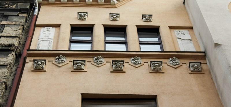Ők figyelnek minket a homlokzatokról, amikor Budapest utcáin sétálunk