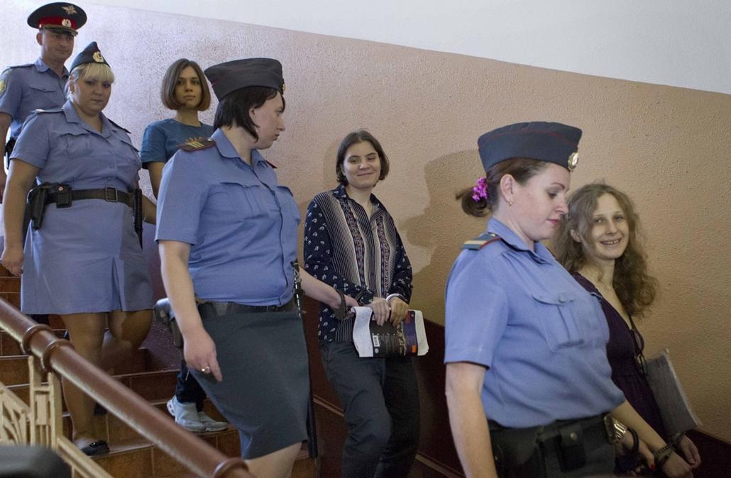 """Pussy Riot - hónapok óta vizsgálati fogságban, valószínűleg börtön vár rájuk: két héttel a már-u elnökválasztás előtt a moszkvai Megváltó Krisztus-székesegyházban maszkban, gitárokkal """"imádkoztak"""" a Szűzanyához, hogy űzze el Vlagyimir Putyint"""