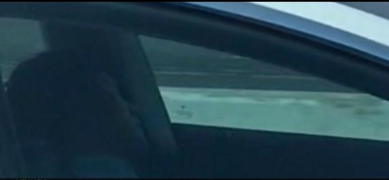 Aludt a sofőr, miközben a Teslája egy forgalmas autópályán haladt