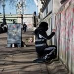 Csaknem 150 ezer piros szívvel emlékeznek az áldozatokra Londonban