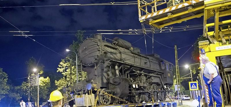 Elszállították a 424-es gőzmozdonyt a Közlekedési Múzeum elől