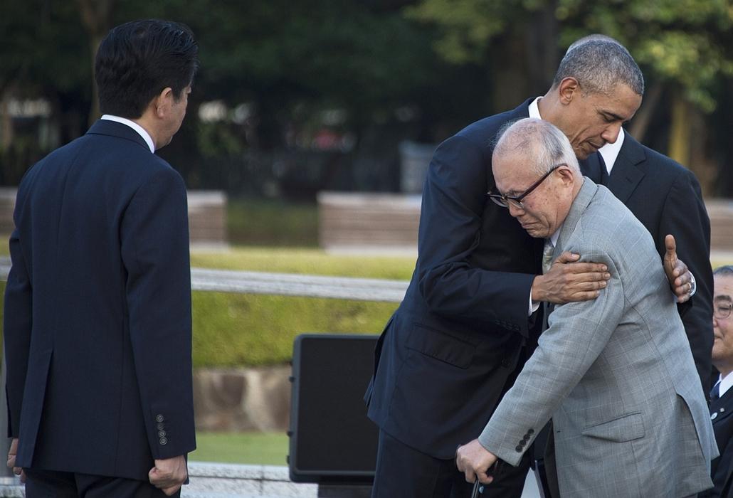 afp.16.05.27. - Hirosima, Japán: Barack Obama és Mori Sigeakit, az 1945. augusztus 6-i, hirosimai atomtámadás egyik túlélőjét a hirosimai Atombomba-kupola előtti Béke Emlékparkban