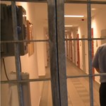 Elvágta a torkát egy rab, a börtönőrök mentették meg