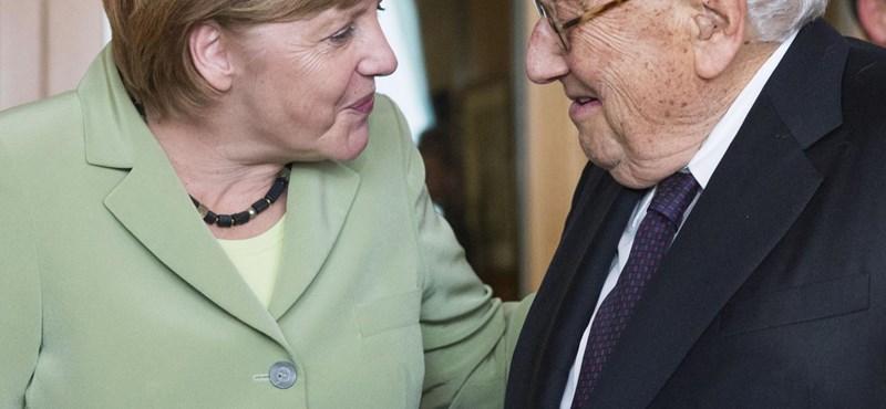 Fotó: Kissingert és Merkelt összehozta az Axel Springer
