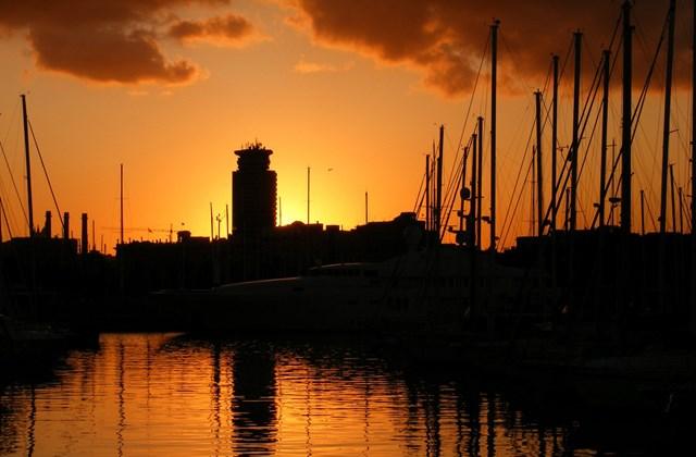 Barcelona - Naplemente a kikötő felett