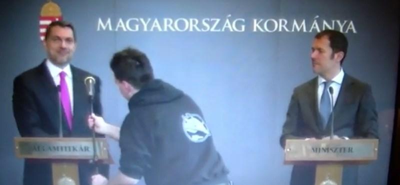 Videó: Lázárnak meggyűlt a baja a mikrofonokkal, és ezen elég jól mulatott