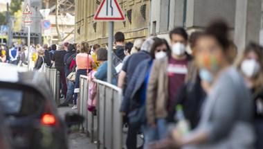 Több száz méteres sorok álltak több budapesti oltópontnál is hétfőn