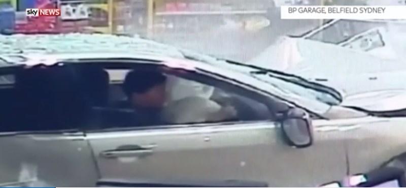 Rémisztő videó: autó rohant be egy benzinkúti boltba Ausztráliában