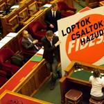 """Fotó: """"Loptok, csaltok, hazudtok"""" – flashmob volt a Parlamentben"""