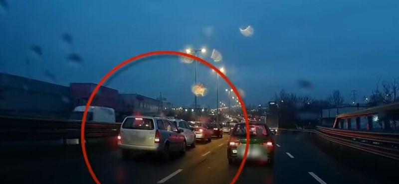 Álló kocsisorban adott gázt egy autós a Gyáli úti felüljárón – videó