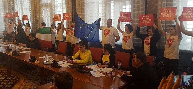 Civilek akcióztak az igazságügyi bizottságban, felfüggesztették az ülést – fotók