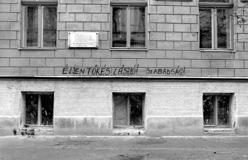 fortepan. Temesvár 1989, román forradalom - Timotei Cipariu (Batthyány) utca 1., a ház falán Szabolcska Mihály emléktáblája.