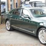 Itt egy királyi használtautó: eladó II. Erzsébet Bentley-je