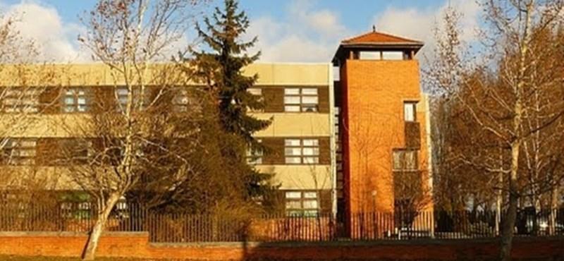 Kigyulladt a balatonalmádi gimnázium teteje, a kollégistákat hazaküldték