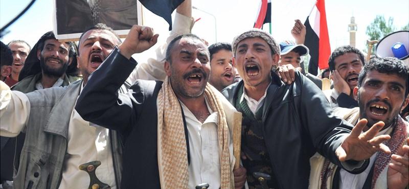 Botokkal és késekkel támadtak a tüntető diákokra Jemenben